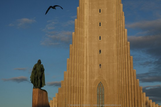 Hallgri­mskirkja Cathedral and the sculpture of Leif Ericson, Reykjavik